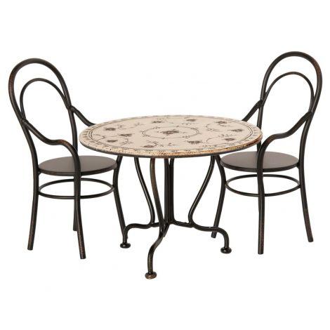 Nukulaud ja kaks tooli